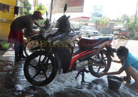 LARIS : Aktivitas pencucian sepeda motor