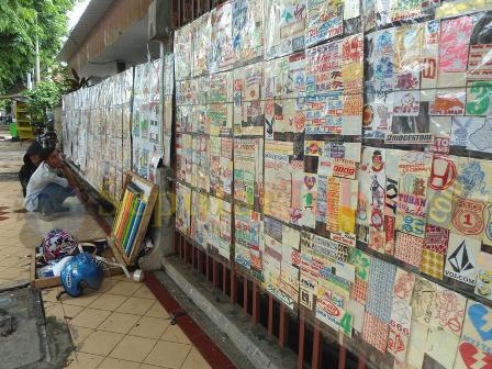 Penjual stiker di trotoar Tuban