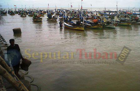MERADANG : Kondisi perahu disekitar Terminat Wisata Tuban (TWT) ditambatkan nelayan. Karena kondisi cuaca ekstrim, nelayan pulang lebih awal saat melaut