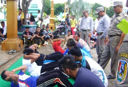 SERIUS : Peserta penerimaan anggota Sat Pol PP Tuban sedang menjalani tes fisik di alun-alun Tuban