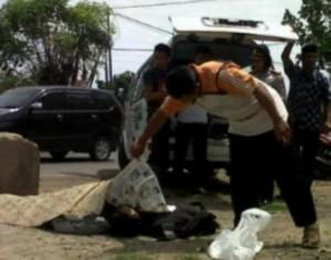 MENGAGETKAN : Jasad korban masih dilokasi kejadian