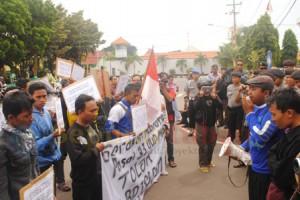 PENOLAKAN NASIONAL : Aktivis saat melakukan aksi penolakan pemberlakuan BPJS didepan kantor Pemkab Tuban