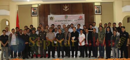 Foto bersama usai acara pembukaan UKW angkatan VI PWI Jatim