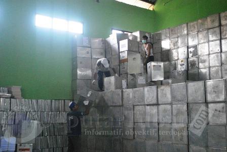 Aktivitas di gudang KPU Tuban