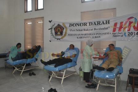 RAMAI : Aktivitas pendonor di PMI Tuban, saat donor darah PWI Tuban dalam rangka memperingati Hari Pers Nasional (HPN) 2014