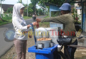 TELATEN : Sukron saat melayani pembelinya dikawasan Kecamatan Montong