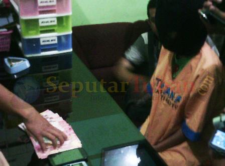 MENGAKU : Tersangka penipuan melalui SMS saat di Mapolres Tuban beserta barang bukti