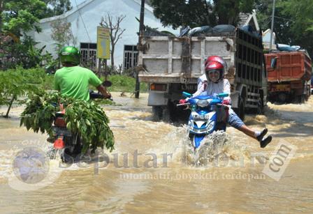 BANJIR BANDANG : Banjir hingga merendam jalan raya