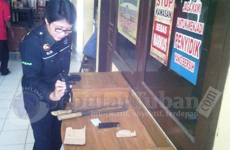 BUKTI PENODONGAN : Inilah barang bukti yang diamankan Polisi dalam kasus penodongan Kades Trantang