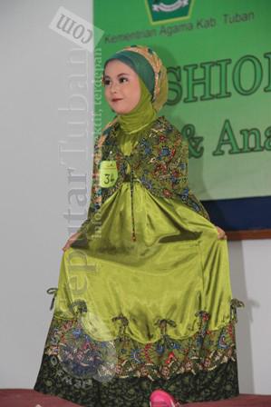 MENARIK : Salah satu anak peserta fashion show nampak berani dan anggun memperagakan busana muslimah