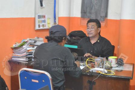 DIDALAMI : Salah satu saksi saat dimintai keterangan Panwaskab Tuban