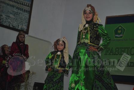 MERIAH : Anak dan Ibu kompak memperagakan busana muslimah dengan thema batik khas Tuban