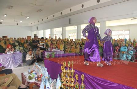 MERIAH : Ratusan guru menghadiri fashion show ini untuk memberikan semangat perwakilan kecamatanya masing-masing