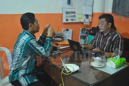 DIDALAMI : Kabid Koperasi Disperpar saat diperiksa Panwaskab