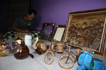 BERNILAI TINGGI : Beraga, kerajinan dibuat dari bahan utama tempurung kelapa