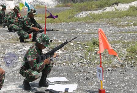SEMANGAT : Para prajurit saat akan memulai latihan menembak