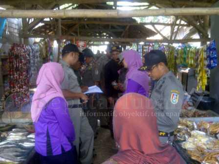 NIHIL : Sat Pol PP Pemkab Tuban saat melakukan razia PNS yang keluyuran saat jam kerja