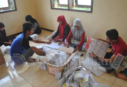 SIBUK : Siswa MA Kerek saat melipat surat suara PPK Kerek