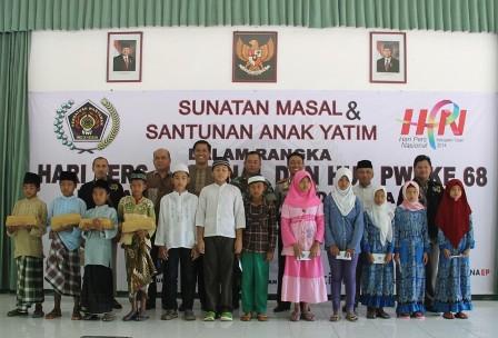 Foto bersama perwakilan anak yatim dan peserta sunat masal