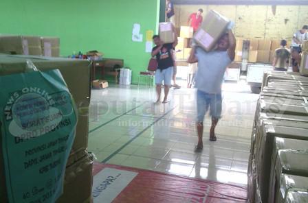 SUDAH LENGKAP : Pekerja sedang menurunkan karton berisi surat suara kiriman yang diterima KPUD Tuban