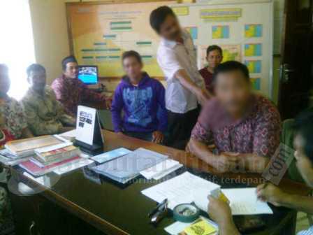 DIHADANG : Terlapor saat diperiksa, di Mapolsek