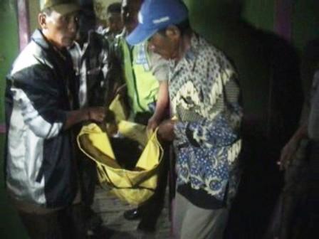 DIBANTAI : Korban saat dievakuasi dari warungnya setelah Polisi melakukan olah tempat kejadian perkara (TKP).