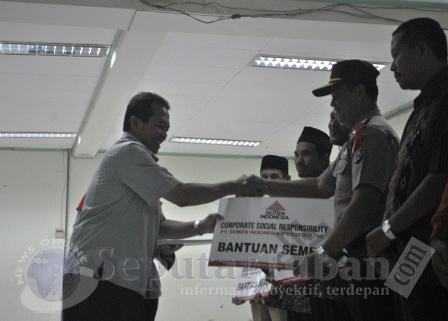 PALING BANYAK : Kabag Sumda Polres Tuban saat menerima bantuan semen 500 sak secara simbolis