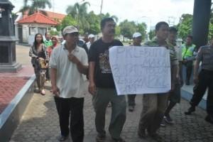 KOSONG: Para PKL yang gagal bertemu anggota DPRD kemudian membentangkan poster berisi kecaman terhadap pemkab.