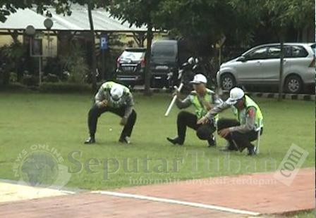 LELAH : Anggota Sat Lantas Polres Tuban saat menjalani hukuman jalan jongkok dihalaman belakang Mapolres Tuban karena terlambat datang Apel