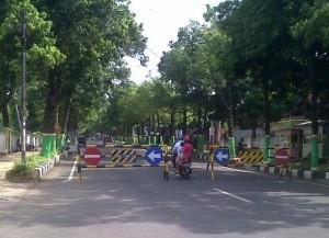 WARGA TAK NYAMAN : Jalan Pramuka Tuban ditutup karena KPUD Tuban sedang menggelar sidang pleno terbuka rekapitulasi suara hasil Pileg 2014