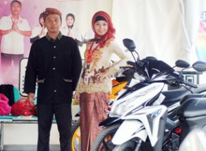 LEBH BERMAKNA: Yana, salah satu karayawan dealer sepeda di Jalan Sunan Kalijaga Tuban.
