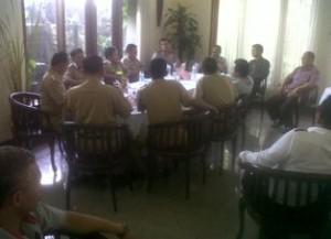GAGAL HAMBAT: Suasana proses lelang afal PT Semen Indonesia yang digelar di Hotel Mustika Tuban (21/04/2014)