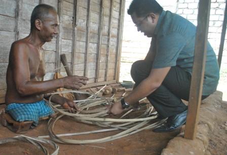 TULUS : Lukmanul Hakim saat bersama Dasmadi (53) warga Desa Temayang, Kecamatan Kerek, Kabupaten Tuban membuat anyaman bambu