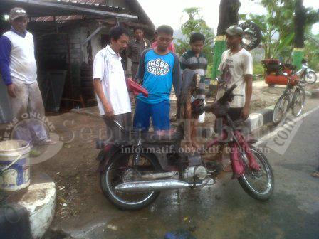 NYARIS HABIS : Kondisi sepeda motor sudah terbakar pada satu sisinya