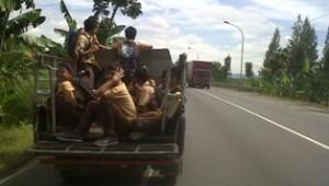 DILARANG: Sejumlah siswa SMP di Kecamatan Widang menikmati kendaraan bak terbuka usai pulang sekolah, Kamis (17/04/2014) siang.