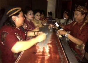 MENGHARGAI KARTINI: Tidak hanya para ladys, karyawan lainnya juga menggunakan kostum Jawa dan blangkon.