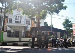 EKSTRA KETAT : Polisi dan TNI saat melakukan pengamanan KPUD Tuban