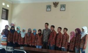 TARGET MENANG ; Siswa peserta OSN SMP tingkat Jatim dan guru pembimbing saat foto bersama sebelum pemberangkatan