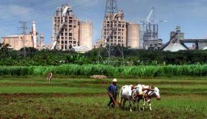 KONTRADIKTIF: Pabrik semen yang berada di Kecamatan Kerek ternyata di dalamnya menyimpan  seabrek persoalan.