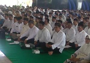 PENGUKUHAN : Para panitia UN se Kabupaten Tuban saat akan dikukuhkan di Pendopo Krido Manunggal Pemkab Tuban