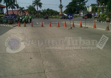 SIAGA PENUH : Selain mengamankan jalanya kampanye, Polisi juga mengalinkan jalur Pantura Tuban agar tidak terjadi kecelakaan dan kemacetan karena adanya Kampanye PKB