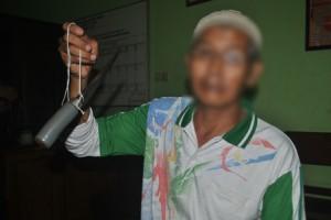 Barang Bukti : Tersangka menunjukkan pisau yang dipakai menusuk korban