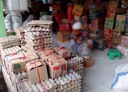 UANG ENAK : Salah satu pengunjung pasar Montong sedang membeli sembako