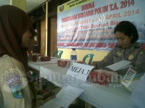 CARI INFO : Siswi SLTA saat mencari  informasi pendaftaran Brigadir Polri di Mapolres Tuban