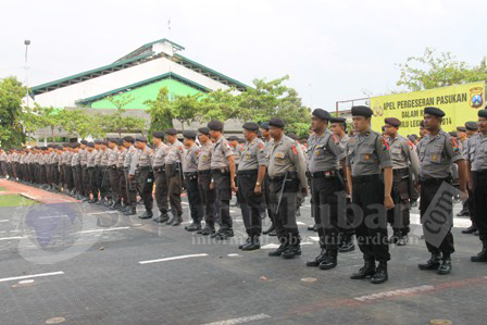 SIAGA : Anggota Polres Tuban saat mengikuti Apel pergeseran pasukan dihalaman belakang Mapolres Tuban
