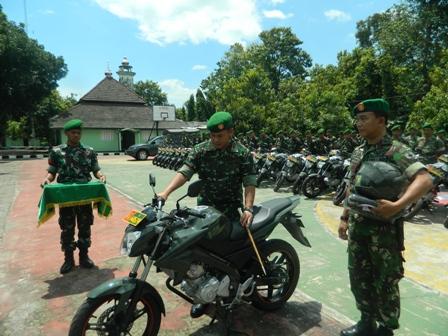 FASILITAS BARU : Dandim 0811/Tuban letkol Kav. Rahyanto Edy Yunianto saat menyerahkan secara simbolis kepada perwakilan Babinsa