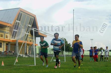 TIM BARU : Pemain Persatu Tuban saat menjalani latihan