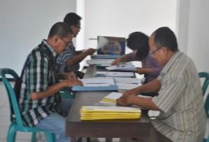 SERIUS : Peserta seleksi Komisioner KPUD Tuban menyiapkan berkas administrasi