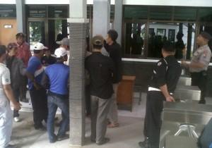 PROTES : Warga saat protes didepan Pos Satpam PT Semen Indonesia