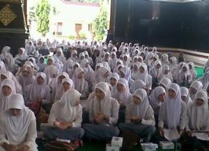ISTIGHOTSAH : Para siswa saat mengikuti do'a bersama di Pendopo Krido Manunggal Pemkab Tuban